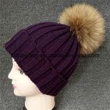 アライグマの毛皮のポンポンが付いている編まれた帽子