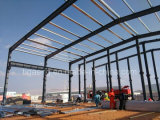 Структура светлой стальной пяди конструкции длинней стальная идет вниз с пакгауза