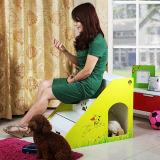 Meio do produto e cão pequeno da casa de madeira interna do animal de estimação