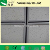 A instalação interna da placa do teto do cimento da fibra