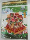 Tarjeta de Navidad adornada hecha a mano con el material reciclado