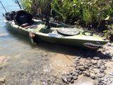 Singolo kajak di pesca con i pedali