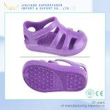 Zapatos zapatos de las sandalias de los cabritos, de la muchacha lindos cobardes de EVA con el gancho de leva y encierro de bucle
