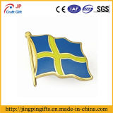 Emblema feito sob encomenda do Pin do Lapel do metal da forma da bandeira nacional