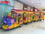 Treno esterno e dell'interno della pista del giocattolo dei bambini per il turista