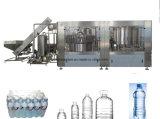 작은 병 채우는 병에 넣은 물 플랜트를 마시는 자동적인 무기물