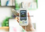 Oxymètre tenu dans la main de pouls de bout du doigt avec la note de FDA de la CE