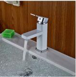 Un miscelatore bianco della stanza da bagno di colore del singolo foro della maniglia