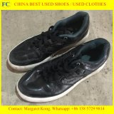 Verwendete Schuhe und verwendete Kleidung