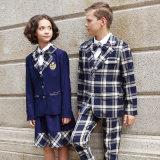 Modèle moyen d'uniforme scolaire témoin de filles et de garçons