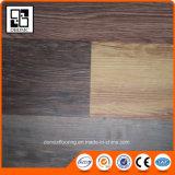 Les graines en bois gravées en relief étendent lâchement la planche de vinyle