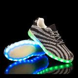 Las zapatillas de deporte de Yeezy encienden para arriba los zapatos ocasionales de destello al por mayor de los hombres LED de los zapatos del adulto