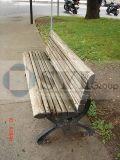 يلقي مقاعد البدلاء الحديد حديقة في الهواء الطلق
