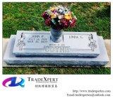 с разнообразие цветами, плоский памятник отметки, надгробная плита