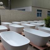최고 단단한 지상 목욕탕 구석 독립 구조로 서있는 욕조
