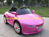 Conduite de gosses d'Audi sur le véhicule avec le MP3