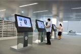 55 인치 접촉 스크린 간이 건축물을 서 있는 Advertisingfloor