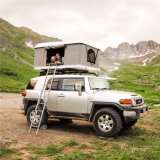 la parte superiore dell'automobile degli accessori 4X4 schiocca in su la tenda per accamparsi