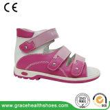 Orthopädische Kind-Schuhe mit Extratiefe für Orthotics und konnten zum Anti-Varus Sandelholz hergestellt werden