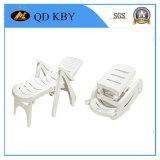 Varias sillas plásticas con el material de Virging