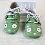 青い編まれた赤ん坊靴の子犬