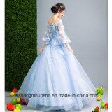 結婚披露宴の夜会服のイブニング・ドレスに玉を付ける恋人のストラップレスの花