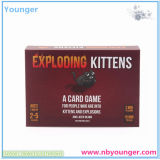 Более большие карточки черного ящика против игры карточек гуманности
