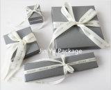 絹のリボンによって印刷されるカスタムロゴのSliver&Greyカラーペーパーギフトの宝石箱