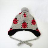 ホーム子供は好む屋外の子供の女の子男の子によって編まれるPOM POMのバグの印刷の帽子のEarflapsの冬の雪のスキー帽子(HW610)を