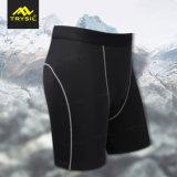 Uomini stretti semplici del reticolo che ciclano i pantaloni
