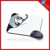 大きなコンピュータの写真が付いているゴム製マウスパッド