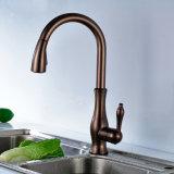 Il singolo olio del rubinetto della cucina della maniglia di Flg ha lucidato l'ottone Bronze