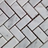 Mattonelle di marmo bianche a forma di della parete della cucina di Backsplash delle mattonelle di mosaico di Cararra del Fishbone