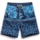 La scheda Quick-Dry degli uomini mette gli Shorts in cortocircuito della spuma dei circuiti di collegamento della spiaggia di nuoto