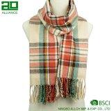 女性標準的な冬の格子縞のスカーフ