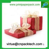 Rectángulo de regalo de papel a todo color rojo caliente del festival con la cinta colorida