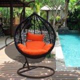 円形の藤(J811)が付いている現代余暇の柳細工の家具のハングの椅子