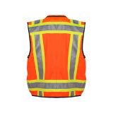 Traffico che avverte la maglia riflettente di sicurezza con le caselle per gli uomini