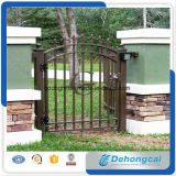 装飾的な中庭の錬鉄のゲート