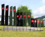 Evento ao ar livre que anuncia a bandeira de praia do retângulo da cor cheia com bandeira feita sob encomenda