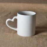 Taza de cerámica de la venta Insignia-Caliente de encargo con la maneta del corazón