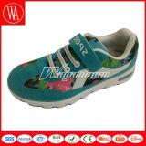 花および魔法テープが付いている子供のスポーツの靴