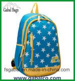 O estudante da forma ostenta o saco de escola