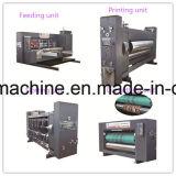 Rectángulo acanalado del cartón que empaqueta haciendo la máquina