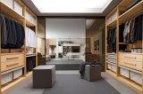 Camminata europea della camera da letto moderna nell'armadietto di legno del guardaroba