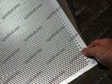 電流を通された鋼鉄穴があいた金属、打つ金属