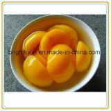 Le jaune divisé en deux de pêches s'attachent des pêches en jus de fruits réels de 100%