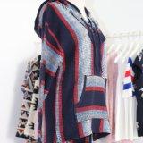 Jaqueta com capuz feminino em pesada com design colorido Intarsia