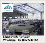 Barracas ao ar livre luxuosas do banquete de casamento com a tabela da cadeira da decoração da cortina do forro