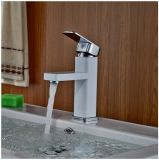 Un mélangeur blanc de salle de bains de couleur de trou simple de traitement